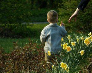 Mutter und Sohn im Blumenfeld